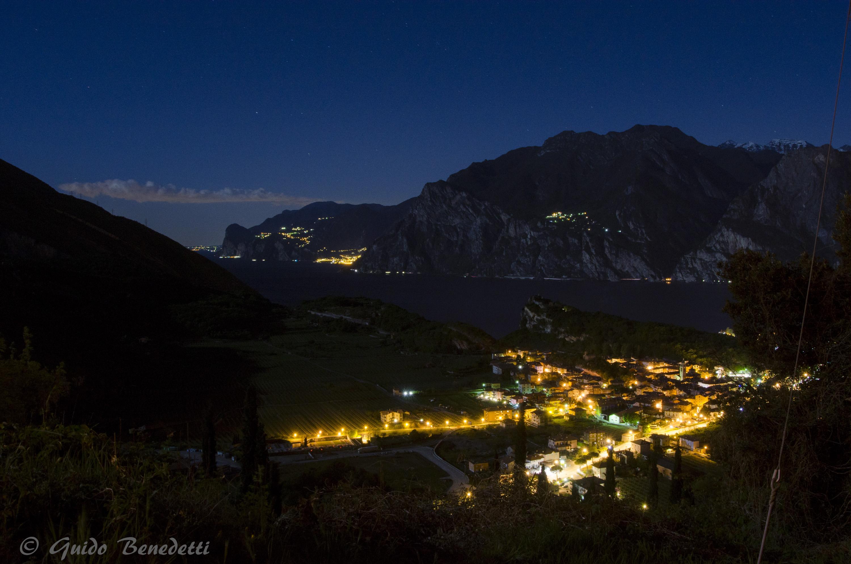Panorama notturno del Lago di Garda dalla Chiesa di San Tomé di Gardumo a Pannone in Val di Gresta (Comune di M ori)