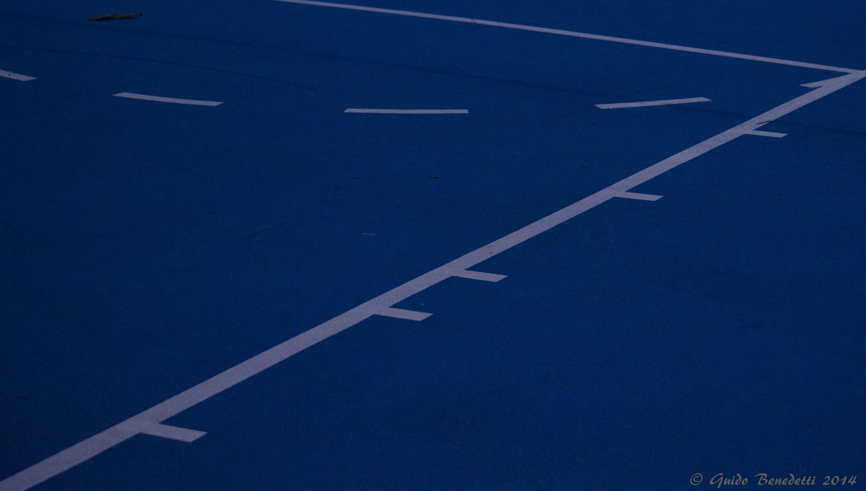 Linee rette bianche in campo blu