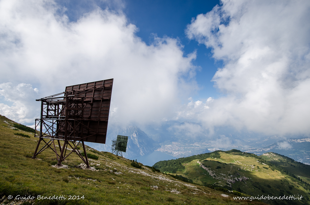 Panorama del Lago di Garda da…i riflettori televisivi sulla cima Altissimo del Monte Baldo