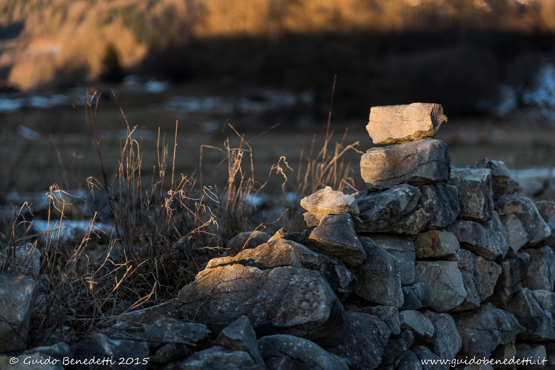 Gli ultimi raggi di sole illuminano le trincee del Monte Creino