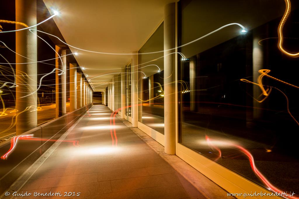 Balletto di luce sotto i portici