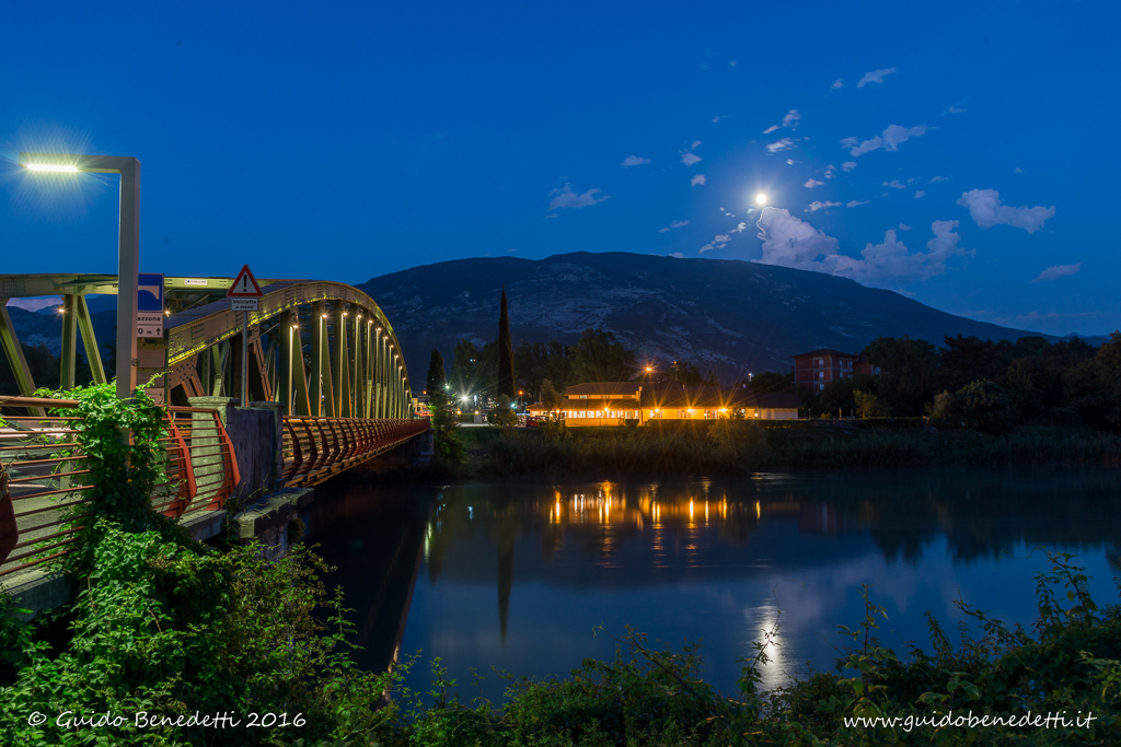 Spunta la luna dal monte e si specchia in Adige…